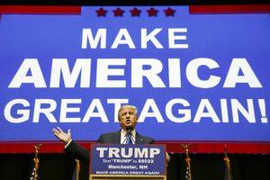 El precandidato presidencial republicano Donald Trump habla durante un acto proselitista la noche del lunes 8 de febrero de 2016, en Manchester, New Hampshire (Foto AP/David Goldman)